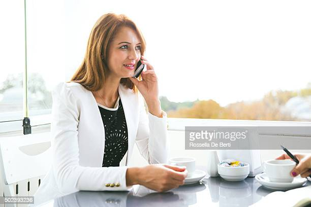 Erfolgreiche Geschäftsfrauen Arbeiten im Café