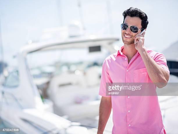 Successo di Uomo parla al telefono