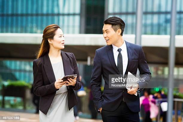 成功した若いアジアビジネスの人々