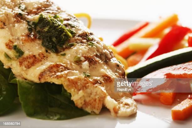 Délicieux cuit à la vapeur Blanc de poulet grillé avec du pesto et légumes