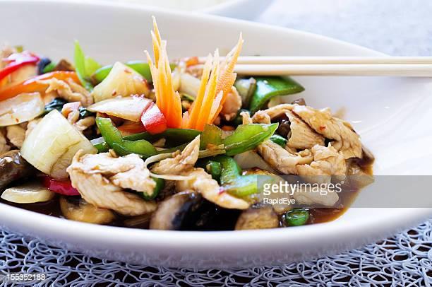 Gustoso Pollo tailandese di basilico con peperoni, funghi