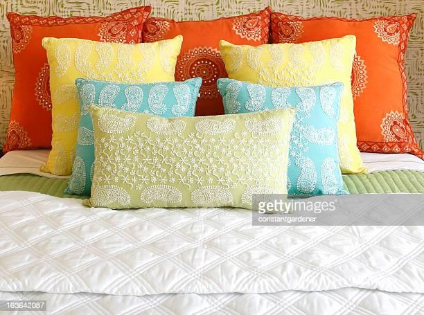 Una magnífica disposición de cama de almohadones