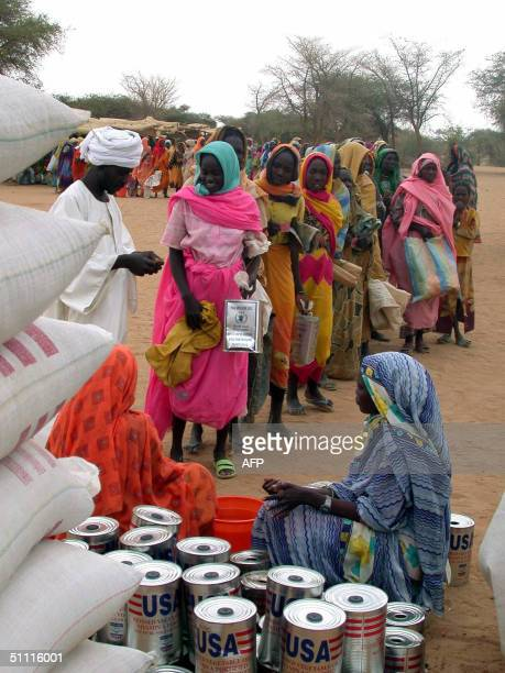 Sudanese displaced people queue up 26 July 2004 for food during a distribution by the World Food Program at the Kasab camp near Kutum in northern...