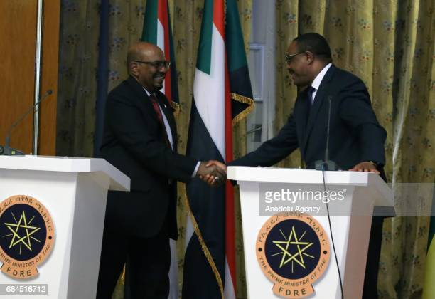 Sudanese President Omar alBashir and Ethiopian Prime Minister Hailemariam Desalegn shake hand before a joint press conference at National Palace in...