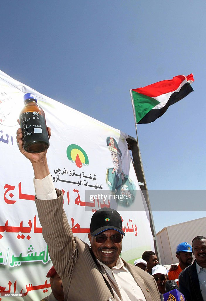 Sudan's President Omar al-Bashir (C) holds up a bottle of oil as he launches the production of Hadida oil field located on the border between East Darfur state and South Kordofan, the country's main oil-producing area, on December 27 , 2012. Sudan opened its second new oil field in a week, as the country struggles to make up for the loss of billions of dollars in oil revenues lost when South Sudan separated. AFP PHOTO / STR