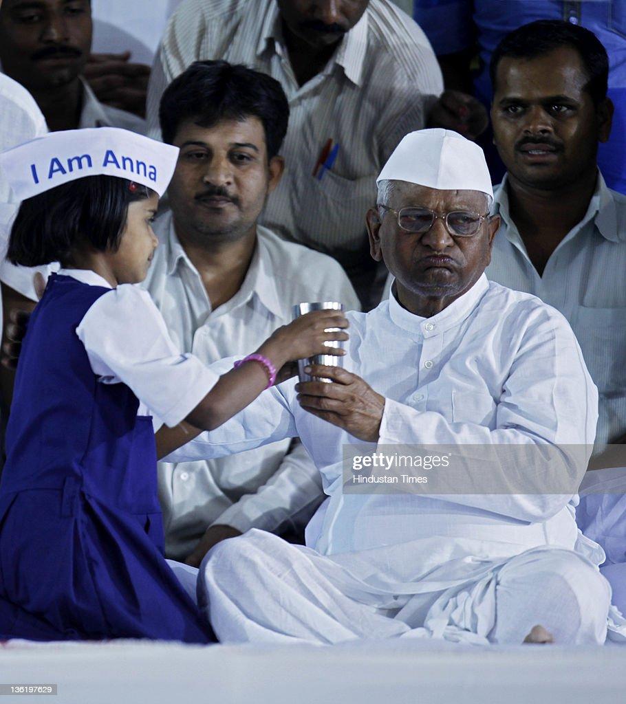 Anna Hazare Breaks Fast