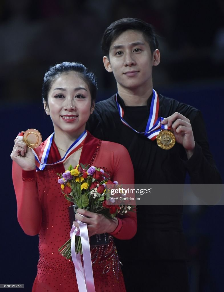 Sui Wenjing and Han Cong of China shows their medals after winning the pairs free Skating event of the Cup of China ISU Grand Prix of Figure Skating in Beijing on November 4, 2017. /