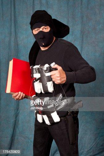 Selbstmord Bomberjacke aus schwarzem, Sprengstoff Gefesselt an Körper hält Buch