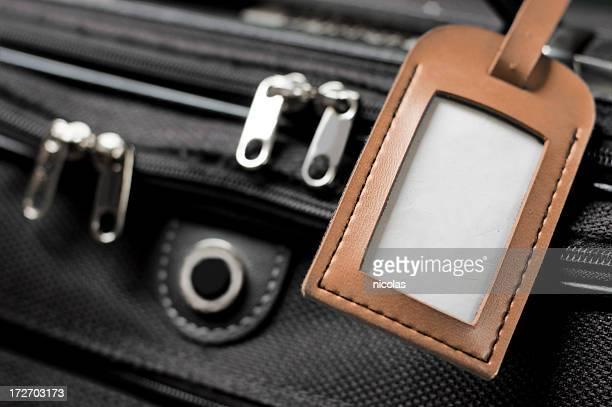 Koffer mit leeren Gepäckanhänger
