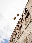 Koffer geworfen wird von einem Gebäude