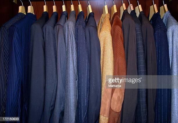 Anzüge auf Warenträgern