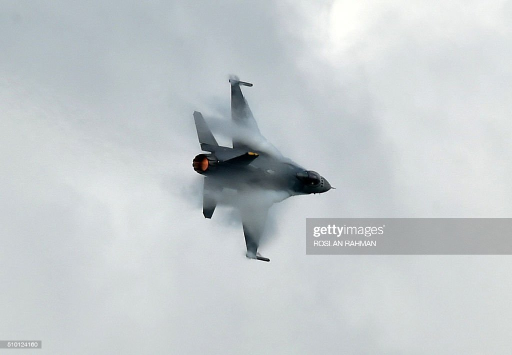 A Sukhoi SU-30 fighter jet from the Royal Malaysian Air Force performs aerial display during a preview at the Singapore Airshow at Changi exhibition center in Singapore on February 14, 2016. The Singapore Airshow 2016 begins on February 16 to 21. AFP PHOTO / ROSLAN RAHMAN / AFP / ROSLAN RAHMAN
