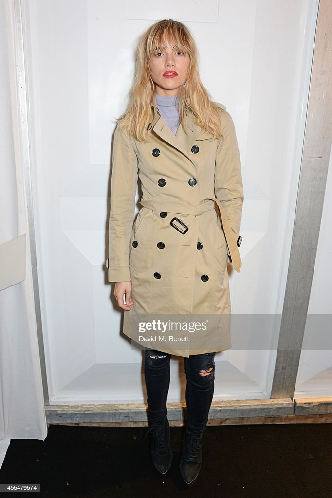 Suki Waterhouse poses backstage at the Burberry Womenswear SS15 show during London Fashion week at Kensington Gardens on September 15 2014 in London...