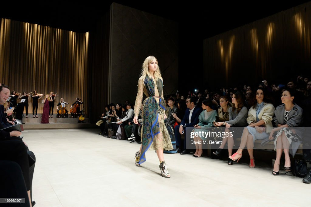 <a gi-track='captionPersonalityLinkClicked' href=/galleries/search?phrase=Suki+Waterhouse&family=editorial&specificpeople=7591336 ng-click='$event.stopPropagation()'>Suki Waterhouse</a> walks the runway at Burberry Womenswear Autumn/Winter 2014 at Kensington Gardens on February 17, 2014 in London, England.