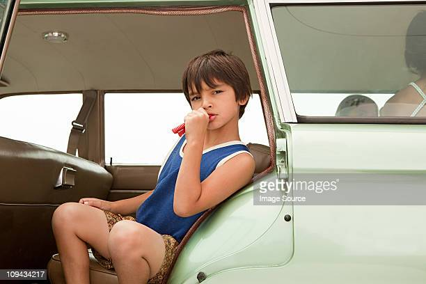 Missmutig boy sitting in car