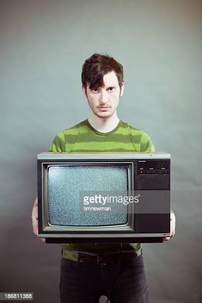 Mau-Humorado jovem segurando Televisão Estática
