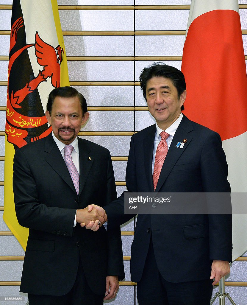 Sultan Hassanal Bolkiah of Brunei (L) shakes hands with Japanese Prime Minister Shinzo Abe at the start of their meeting at Abe's official residence in Tokyo on May 13, 2013. AFP PHOTO / POOL / FRANCK ROBICHON