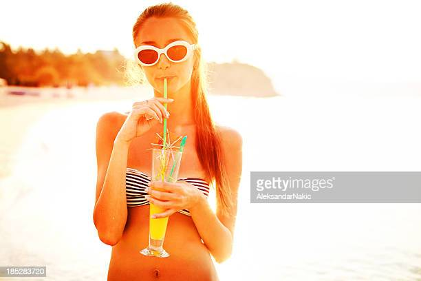 Beauté avec un cocktail d'été