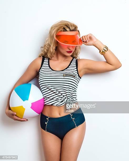 Été jeune femme Blonde en tenant le ballon de plage