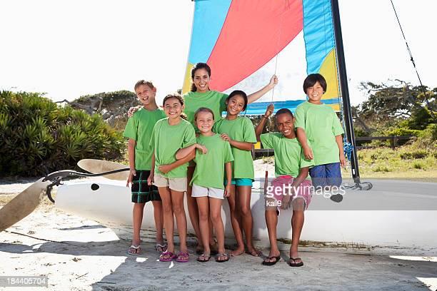 Sommer-camp counselor und Kinder mit Katamaran