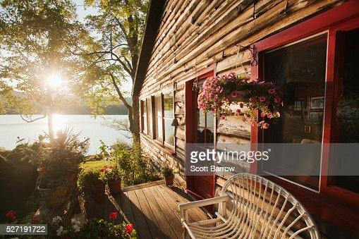 Summer cottage beside a lake : Stockfoto