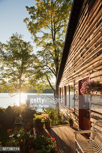 Summer cottage beside a lake : Stock-Foto