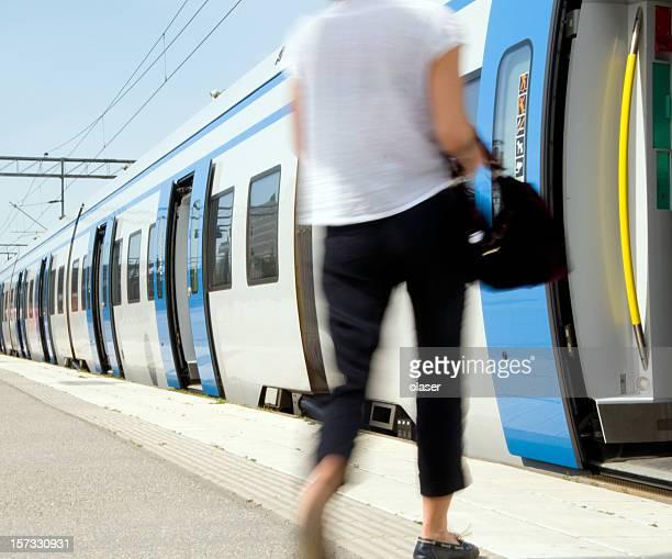 夏の少女の入力した通勤電車