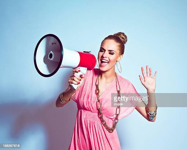 Sommer-Mädchen schreien auf Megafon