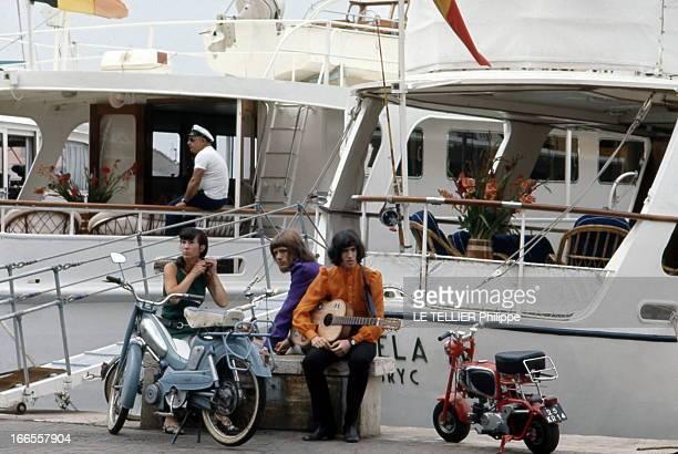 Summer In SaintTropez La jeunesse en Mobylette et minimoto à SaintTropez Août 1968