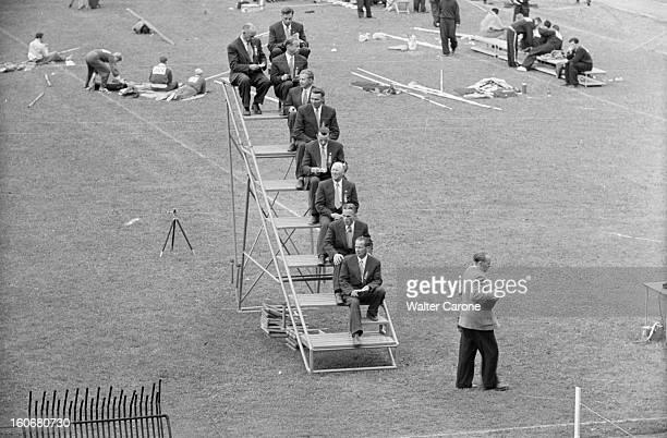 Summer Olympics 1952 Helsinki En Finlande à Helsinki en juillet 1952 lors des Jeux Olympiques d'été plan cadré sur les juges assis sur un podium à...