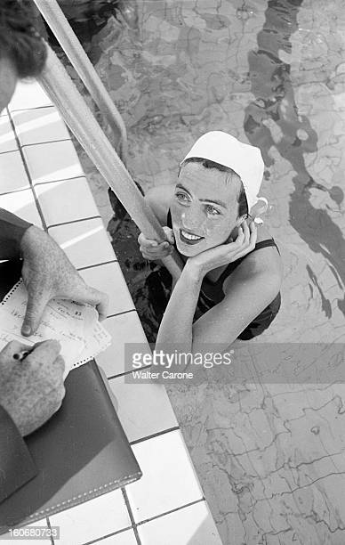 Summer Olympics 1952 Helsinki En Finlande à Helsinki en juillet 1952 lors des Jeux Olympiques d'été une nageuse canadienne portant son maillot de...