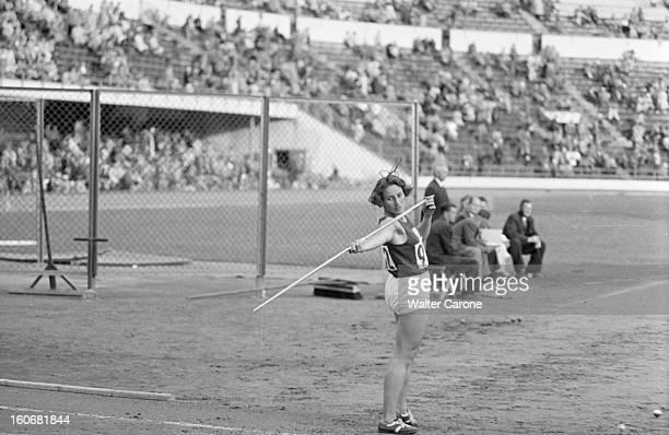 Summer Olympics 1952 Helsinki En Finlande à Helsinki en juillet 1952 lors des Jeux Olympiques d'été l'athlète Tchèque Mme ZATOPEK va lancer de...