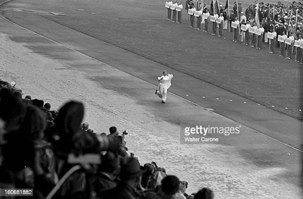 Summer Olympics 1952 Helsinki En Finlande à Helsinki en juillet 1952 lors des Jeux Olympiques d'été lors du spectacle de l'ouverture des JO une...