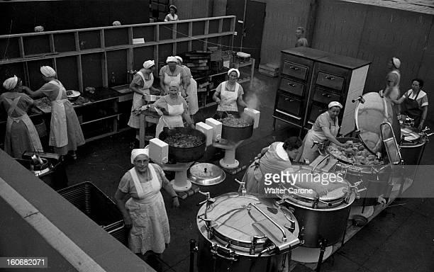 Summer Olympics 1952 Helsinki En Finlande à Helsinki en juillet 1952 lors des Jeux Olympiques d'été plan plongeant sur une cuisine avec ses marmites...