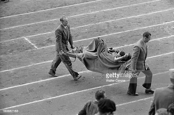 Summer Olympics 1952 Helsinki En Finlande à Helsinki en juillet 1952 lors des Jeux Olympiques d'été lors d'une épreuve transport d'un athlète blessé...