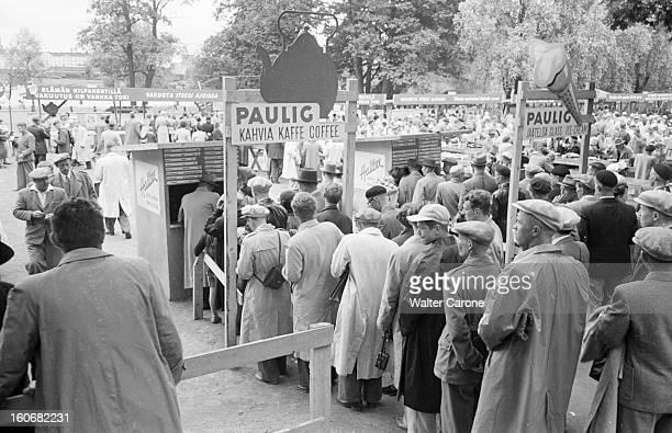 Summer Olympics 1952 Helsinki En Finlande à Helsinki en juillet 1952 lors des Jeux Olympiques d'été aux alentours du stade files d'attente devant des...