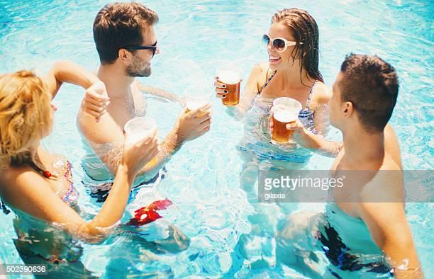 Estate festa in piscina.