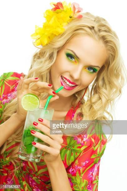 Été portrait d'une belle blonde Femme buvant Cocktail exotique