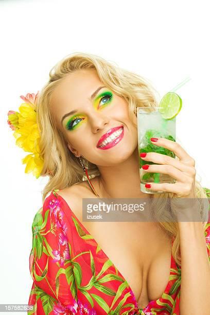 Été portrait d'une belle femme blonde avec une boisson tropicale