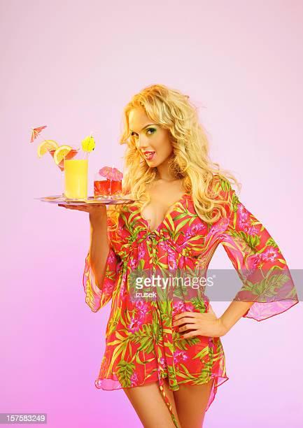 Été portrait d'une belle femme blonde avec des boissons tropicales