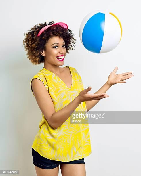 Été portrait de fille afro-américaine jouant de ballon de plage