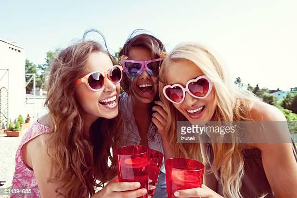 Retrato de mujer de verano lleva gafas de sol amigos