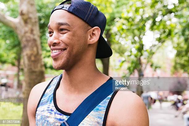 Été Portrait de souriant noir homme tendance de New York City Parc