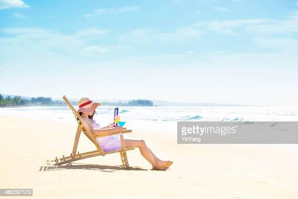 Lecture de l'été avec tablette numérique E-Reader sur l'été à la plage