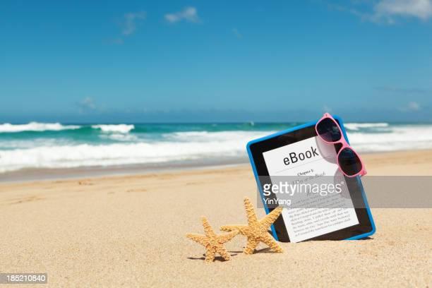Verano con Lectura de libro electrónico e-reader tableta en la playa