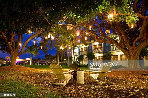 Sommer-Resort-Garten Laternen und Stühlen