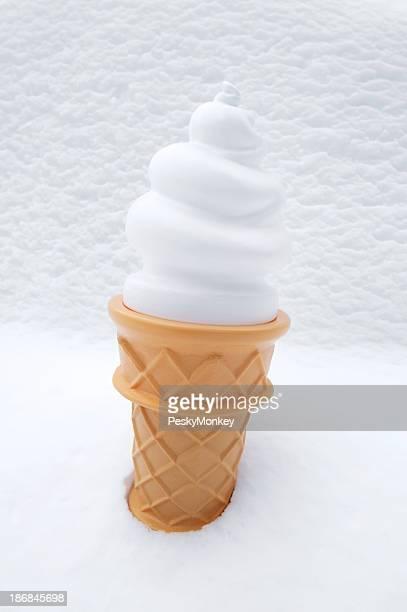 夏のソフトクリームコーンは、冬期にスノーの背景