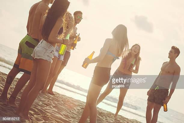 Sommerurlaub: Gruppe von Freunden eine party am Strand