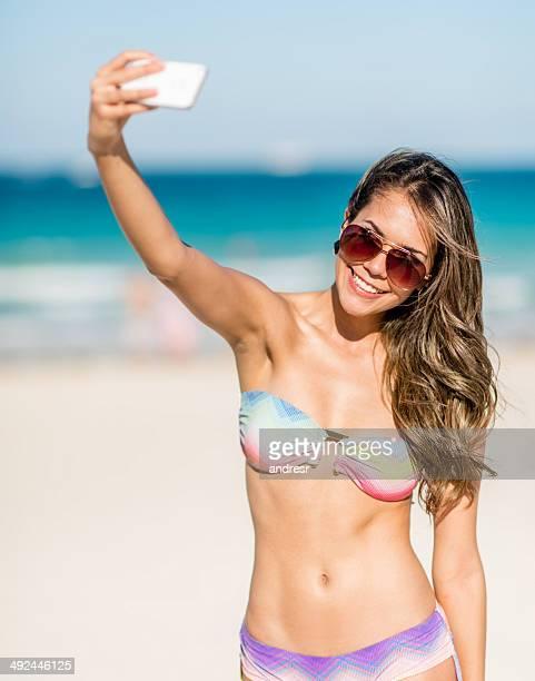 Verano de mujer tomando un autorretrato