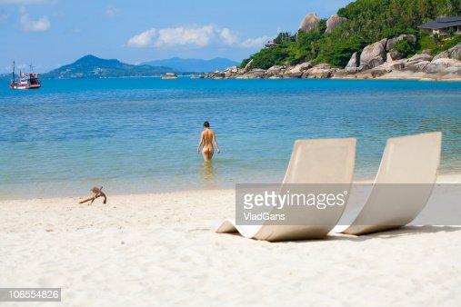 Sol y chica en una playa del mar